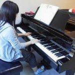 女性ピアノ
